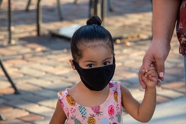 Pesquisadores tentam entender os motivos do comportamento da Covid-19 na infância, com muitas crianças senso assintomáticas
