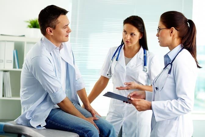 Médicas de Atenção Primária à Saúde atendem homem que se apresentou para consulta com edema