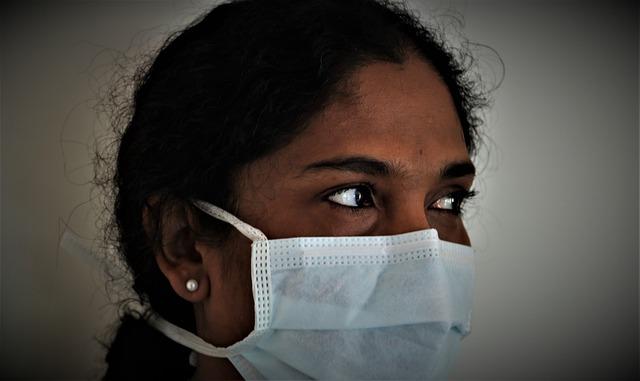 Médica parte de um grupo de minorias étnicas se previne contra a Covid-19