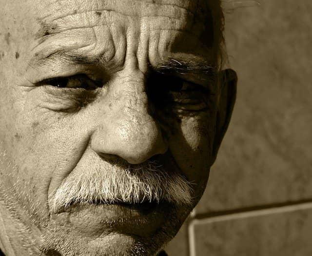 Idoso que recebeu clopidogrel para tratamento do infarto agudo do miocárdio (IAM)