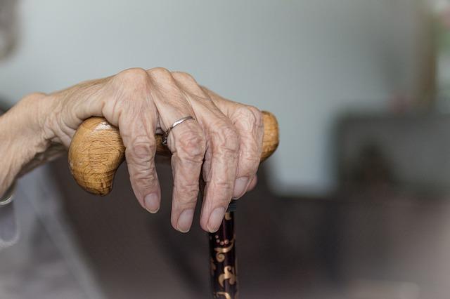 Senhora com instabilidade postural e apresentando perda auditiva