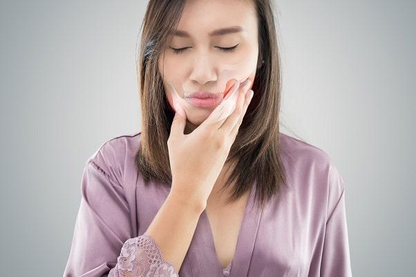 Mulher com mucosite oral devido tratamento oncológico