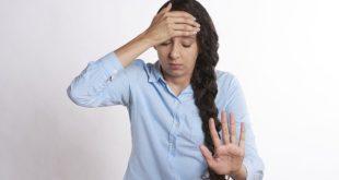 Mulher com enxaqueca hemiplégica apresenta expressão de dor
