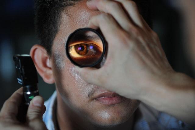 Oftalmologista realiza exame para verificação de opacificação pós-operatória de lentes intraoculares