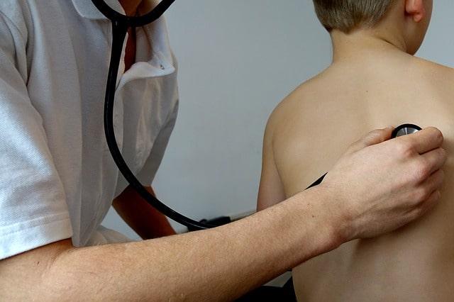 Médico faz exames para diagnóstico de pneumonia comunitária bacteriana