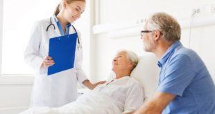 médica conversando com idosa internada sobre diretivas antecipadas de vontade