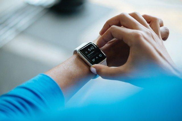 Relógios inteligentes (smartwatches) são utilizados para medir o intervalo QT
