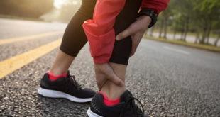mão de mulher no tornozelo após lesões musculoesqueléticas