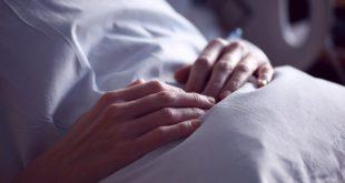 Mulher descansa em cama de hospital após realizar abortamento e passar por um aborto legal no Brasil