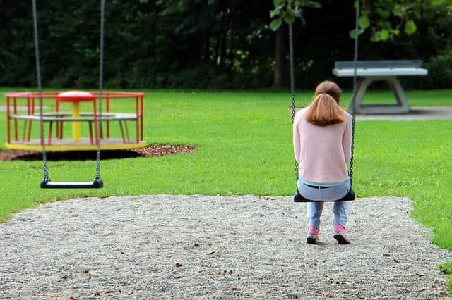 Menina sofrendo com anorexia nervosa pode sofrer também de retardo no crescimento