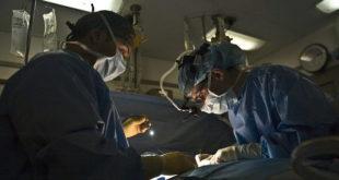 Médicos performam uma cirurgia antirrefluxo