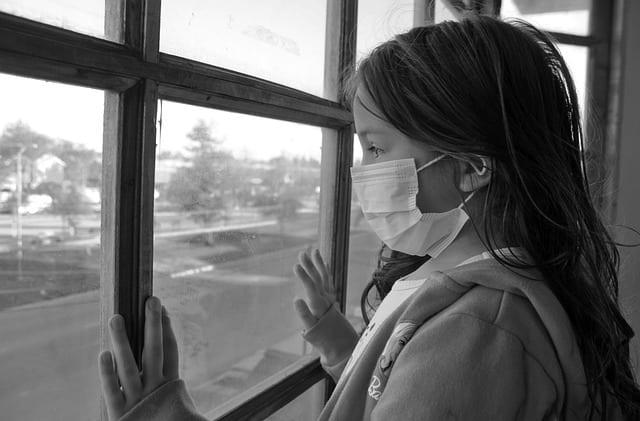 Criança aguarda decisão sobre se poderá voltar às aulas durante a pandemia de Covid-19