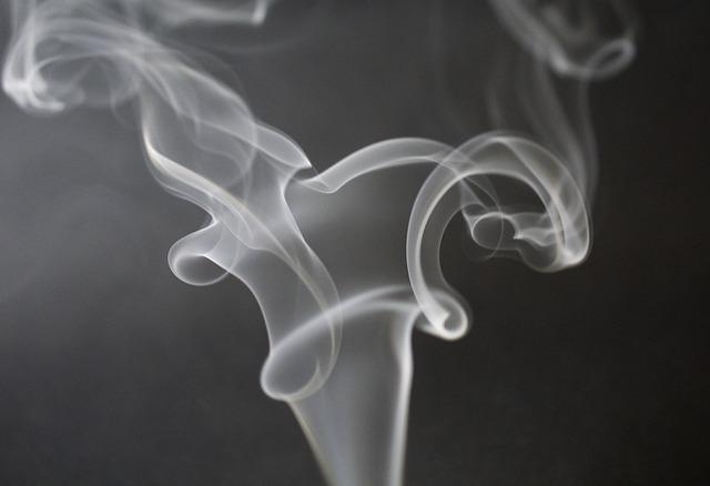 fumaça de cigarro relacionado ao tabagismo e Covid-19