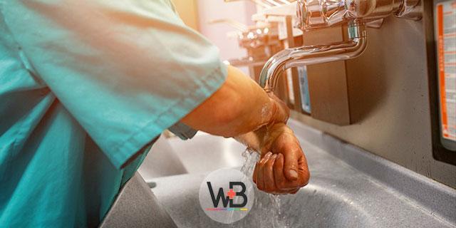 médico lavando as mãos de acordo com os cuidados sobre covid-19