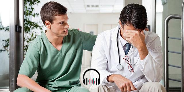 médico conversando com colega com burnout médico