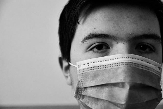 O uso de máscara para prevenção da Covid-19 pode gerar irritação no olho