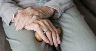 Pessoa idosa sob cuidados de avaliação geriátrica ampla (AGA)