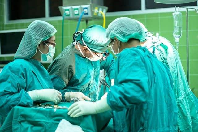 Médicos realizam cirurgias de coluna de olho nas complicações