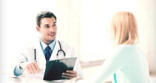 Médico explica para paciente o tratamento para fístulas urogenitais