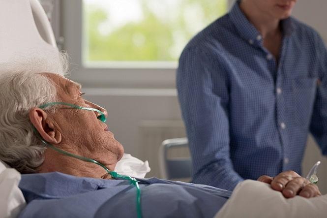 paciente internado conversando com enfermeiro sobre direitos