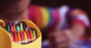 criança brincando com lápis em creche, onde há transmissão de covid-19