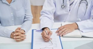 médico explicando ao paciente sobre o manejo da asma