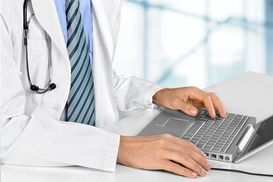 Médico acompanha congresso virtual sobre o novo coronavírus