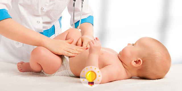 médica avaliando bebê