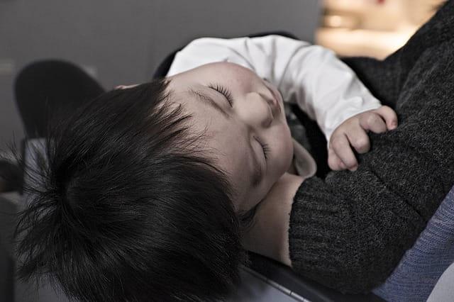 Paciente pediátrico espera atendimento durante a pandemia de Covid-19 com o risco de internação em UTI