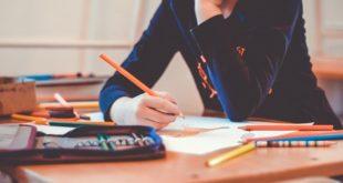 criança desenhando na escola, potencial transmissão de covid-19