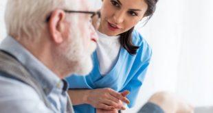 enfermeira cuidando de paciente e falando sobre autoconhecimento
