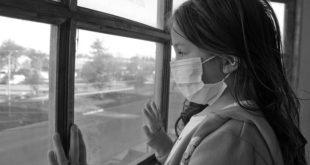 Criança em isolamento social durante a pandemia de Covid-19