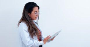 Médica verifica dados sobre miastenia gravis