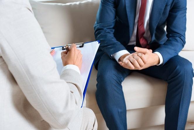 homem com ansiedade em consulta com psicóloga