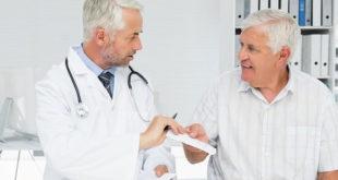 Médico explica a Hiperplasia Prostática Benigna para paciente