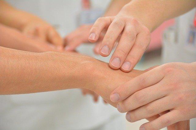 Caso clínico de paciente admitida em pronto-socorro com tremor de início súbito