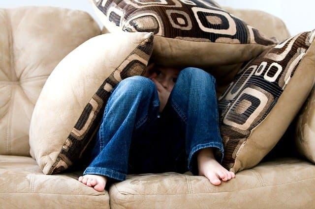 Criança com sintomas de depressão devido ao transtorno depressivo maior
