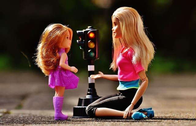 Brincar de boneca pode gerar benefícios para crianças