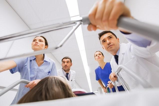 médicos levando paciente com queimados para emergência