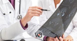 médico avaliando tomografia de fístula liquórica nasal