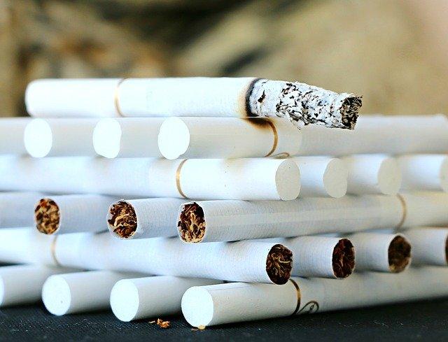 cigarros amontados representando cessação do tabagismo