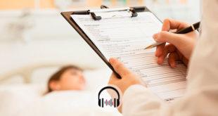 médico escrevendo em prontuário de paciente com Covid-19