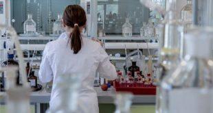 médico em laboratório de Programa Nacional de Genômica e Saúde de Precisão