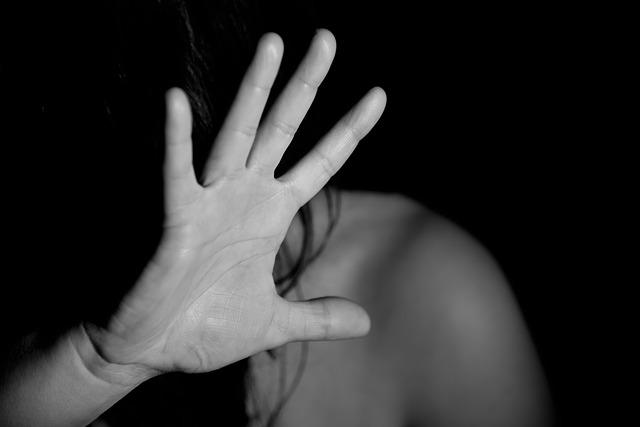 mão de mulher que sofre violência