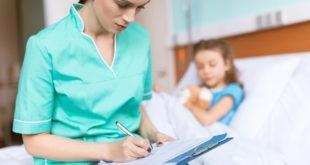 Criança com pancreatite na área de pediatria do hospital sendo atendida