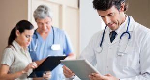 Médico usa Whitebook para consultar fluxogramas de Medicina de Família