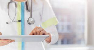 médica fazendo controle de pacientes com complicações abdominais da Covid-19