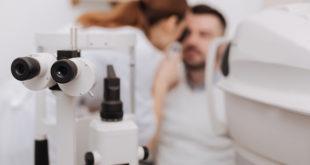 Paciente em consulta oftalmológica após médica usar o atlas do Whitebook
