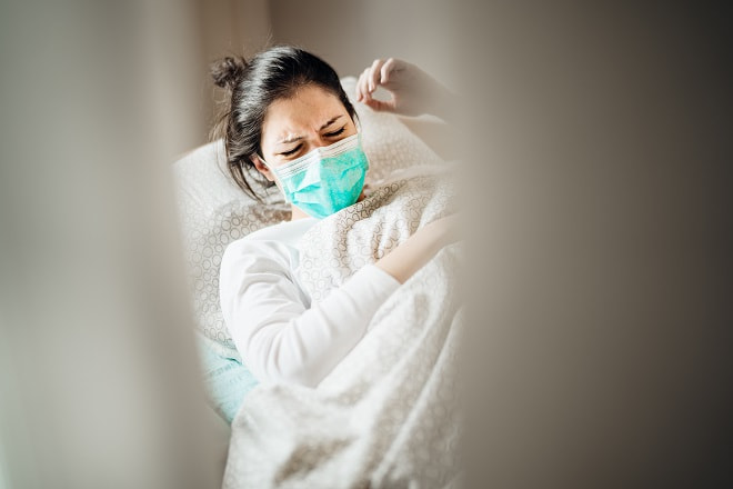 mulher com covid-19 agurdando estratificação de risco