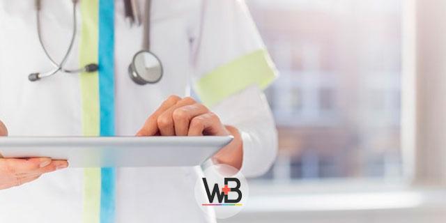 médica avaliando prontuário de bebê com invaginação intestinal